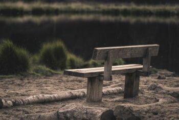 bankje aan vennetje - eenzaamheid