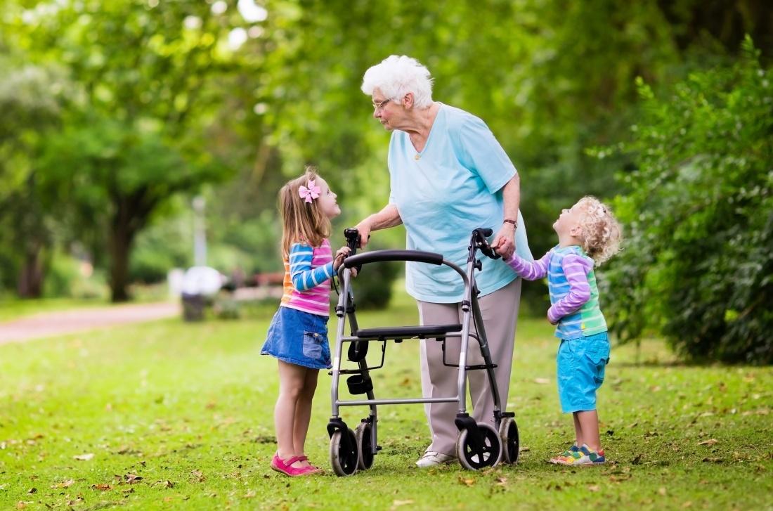 grootmoeder met kleinkinderen in park
