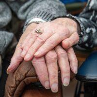 handen ouder echtpaar